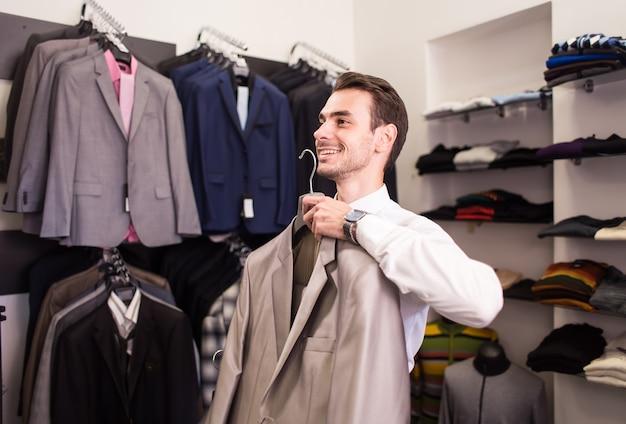 男性バイヤーはブティックをジャケットに選びます