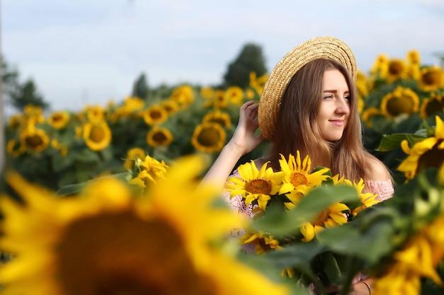 ひまわり畑で笑っている女の子