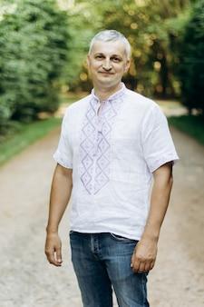Человек в вышитой льняной этнической рубашке на природе