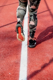 Спортивная пара ног идет на пробежку