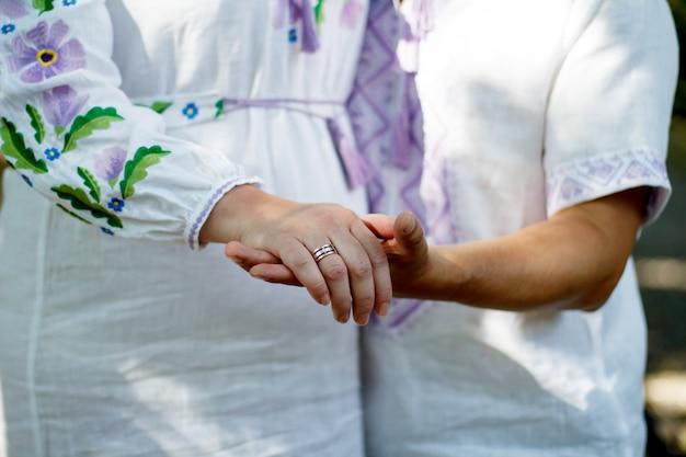 フィルターされた画像、屋外の結婚式のテーマで手を繋いでいるカップル