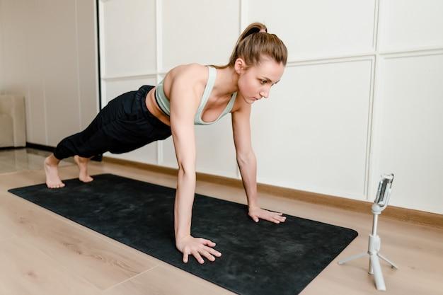 自宅でスポーツトレーニングをしている女性