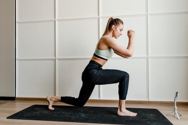 Фитнес-инструктор записывает живые спортивные тренировки по телефону для онлайн-клиентов на дому