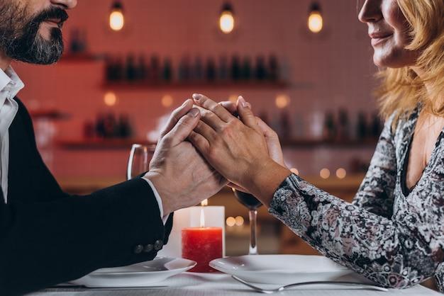 中年の男性と女性がレストランで食事をしています