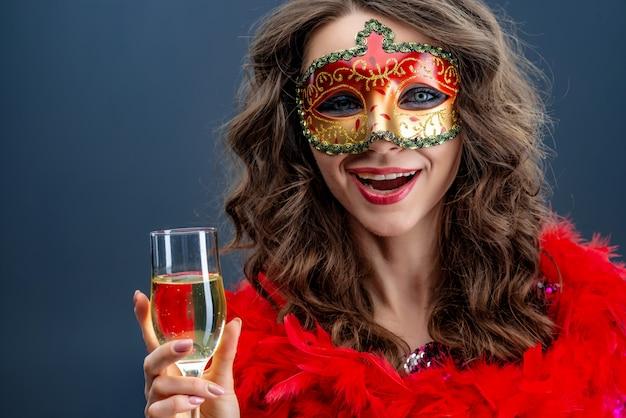 うれしそうな女性が着ているベネチアンカーニバルマスク