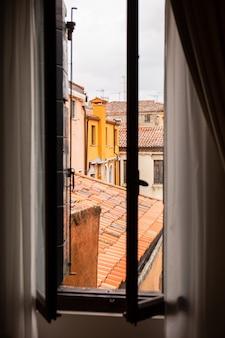 Взгляд от окна на старинных зданиях в венеции, италии.