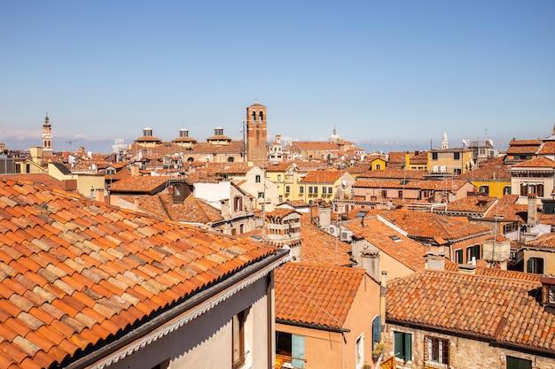 Крыши исторических зданий против голубого неба в венеции, италия.