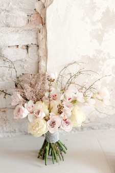 壁の近くに分離された花束
