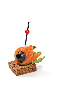 Канапе с лососем и оливой и хлебом