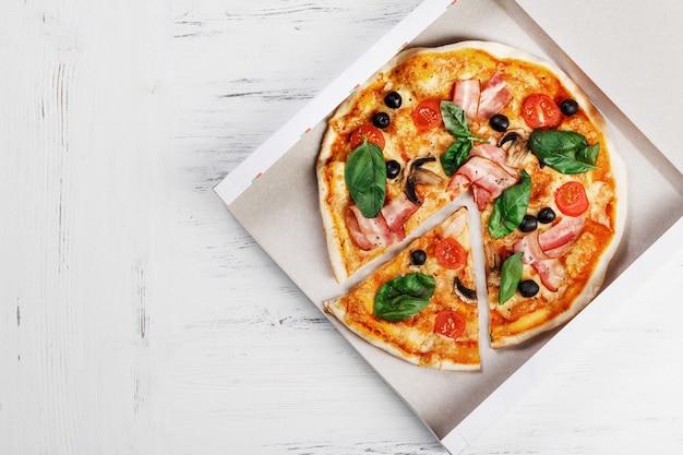キノコ、バジル、トマト、オリーブ、チーズの宅配ボックス付きイタリアンピザ