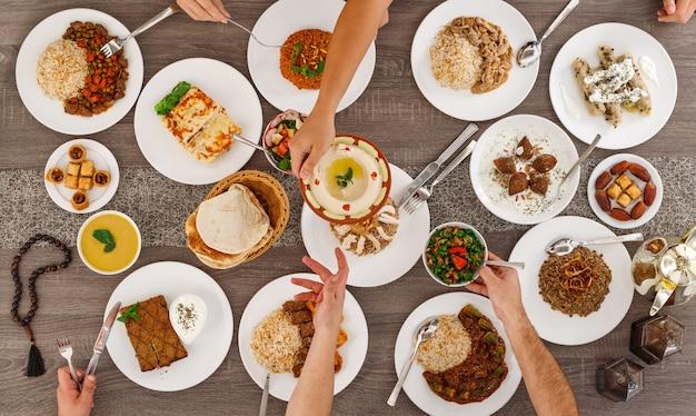 食物と一緒にテーブルの平面図です。レバノン料理。