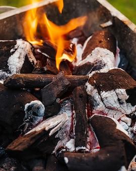Древесный уголь с огнем. подготовка к приготовлению смешанных блюд на гриле.