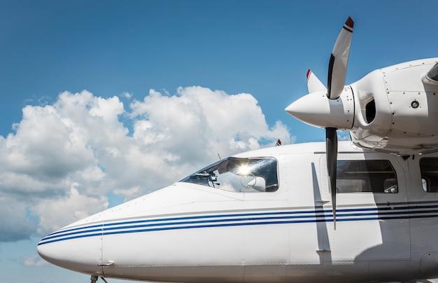 青い空を背景にプライベートジェットの外観。飛行機のコックピット