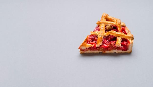 ルバーブとイチゴのパイのスライス