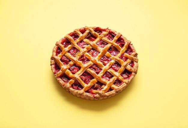 Пирог с клубникой и ревенем с решетчатой корочкой