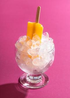 氷のボウルにアイスクリームアイスキャンデー