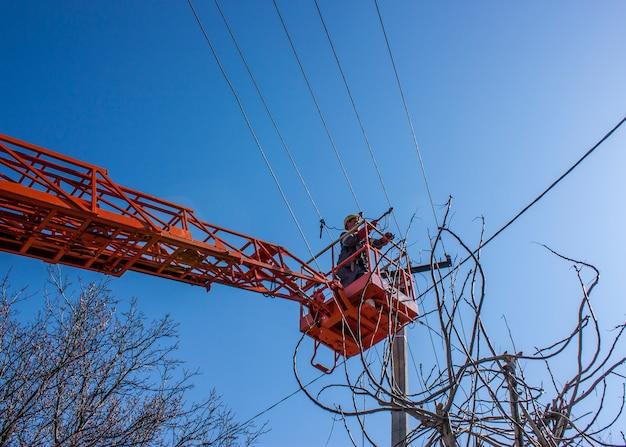 ラインマン義務作業空中作業プラットフォームの電気ケーブル上の電力線