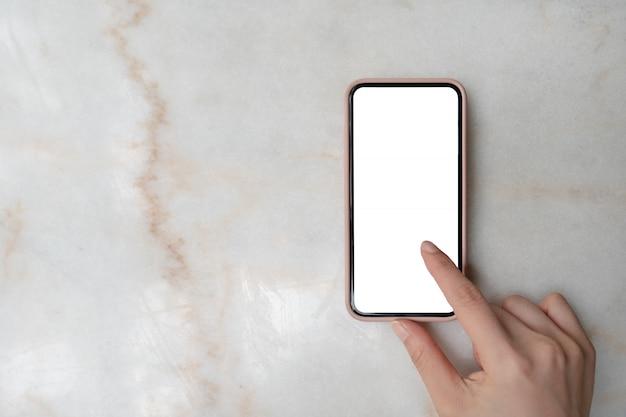 コピースペースを持つ木製のテーブル背景にスマートフォン