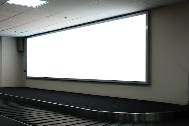 空港で空白の広告看板