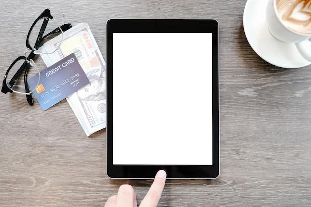 タブレットの空白のクレジットカードのメガネと米ドル紙幣