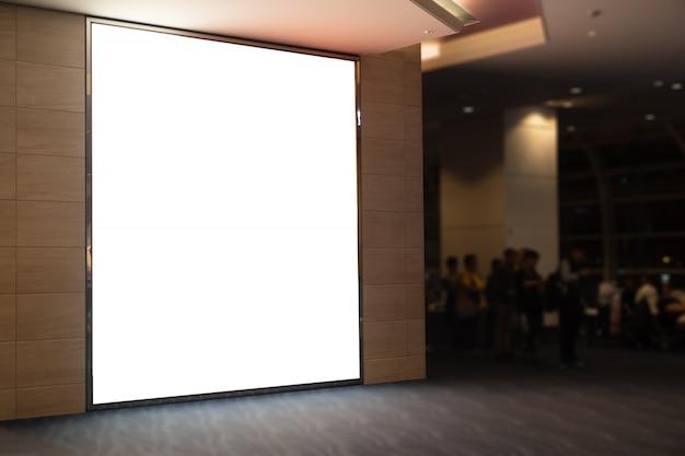 Большой пустой рекламный щит белый светодиодный экран выдающийся в городе на тропе стороне дорожного движения с автомобилем.