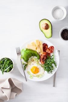 Здоровый кето завтрак: яйцо, авокадо, сыр, бекон