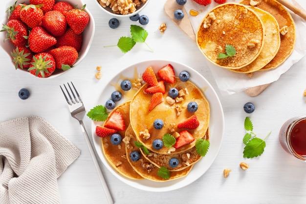 Блины с чернично-клубничным медом и орехами на завтрак