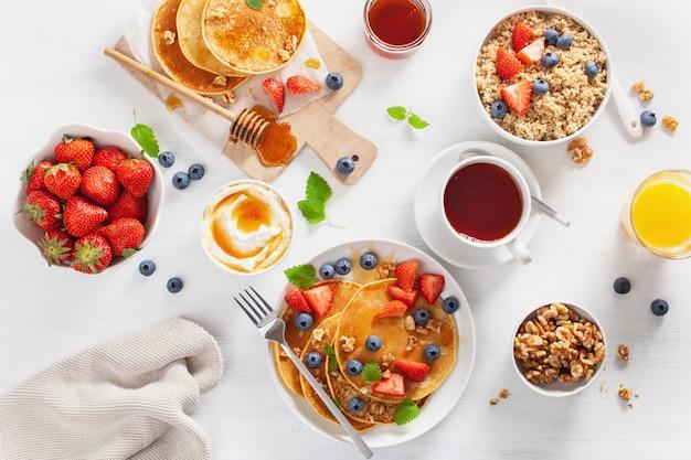 ブルーベリーストロベリーハニーとキノアの朝食用パンケーキ