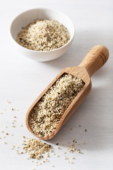 皮をむいた大麻種子、健康的なスーパーフードサプリメント