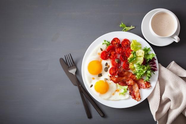 Здоровая кето диета завтрак: яйцо, помидоры, листья салата и бекон