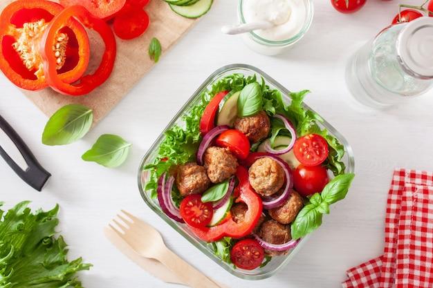 Кето палео ланч с фрикадельками, листьями салата, помидорами, огурцами, сладким перцем