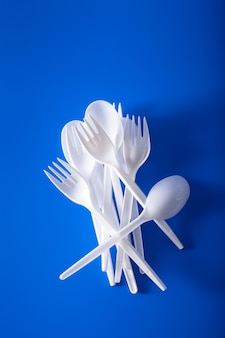 使い捨てのプラスチック製フォーク、スプーン。プラスチック、プラスチック廃棄物のリサイクルの概念