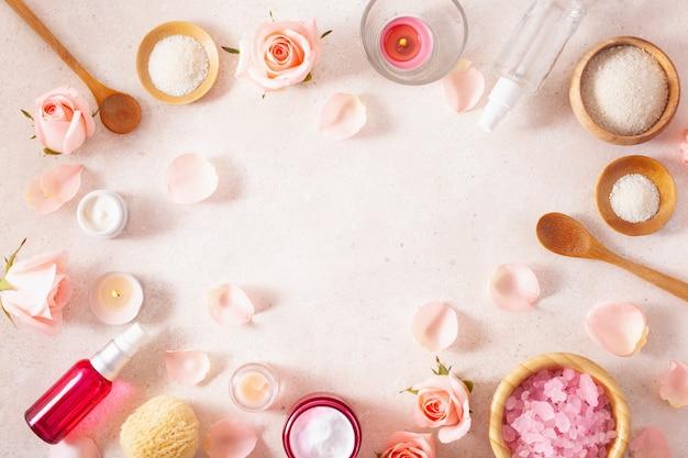 スキンケア製品とバラの花。家庭用スパトリートメントのための自然化粧品