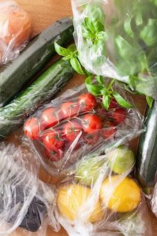 Одноразовый выпуск пластиковой упаковки. фрукты и овощи в полиэтиленовых пакетах