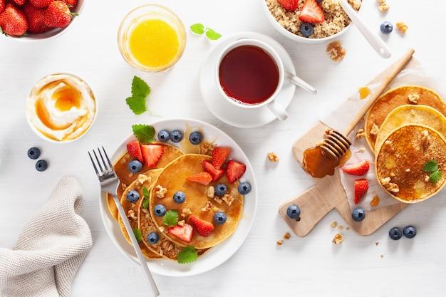 ブルーベリーイチゴの蜂蜜とキノアの朝食用パンケーキ
