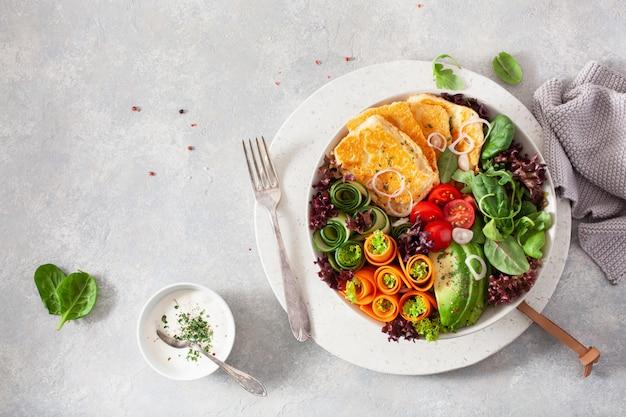 Кетогенная палео диетическая миска для обеда. сыр халуми, листья авокадо, морковь, огурец, листья салата
