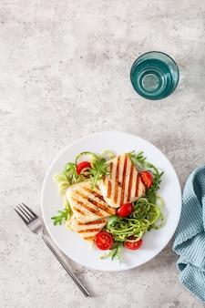 Кетогенный палео диетический обед. сыр халлуми, спирализованный цуккини с рукколой песто и помидорами
