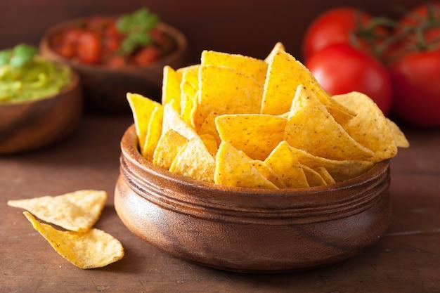 メキシコのワカモレとサルサのディップ、ナチョスのトルティーヤチップ
