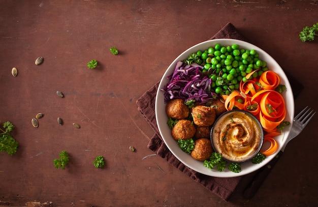 Здоровый веганский ланч с фалафелем хумус морковные ленты капуста и горох