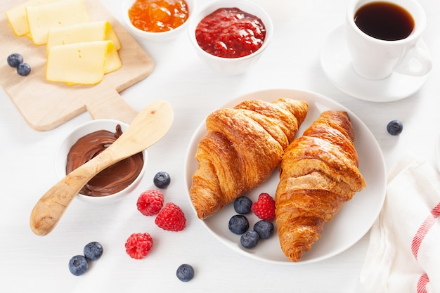 クロワッサン、ジャム、チョコレートスプレッド、コーヒーを含むコンチネンタルブレックファースト