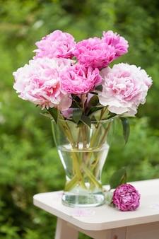 庭の美しいピンクの牡丹の花の花束