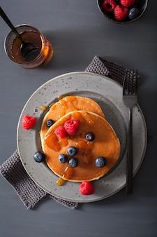 Блины с чернично-малиновым медом и джемом на завтрак