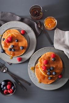 ブルーベリーラズベリー蜂蜜とジャムの朝食のパンケーキ