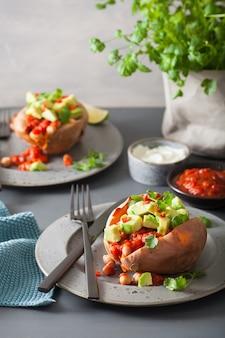 Запеченный сладкий картофель с авокадо, чили сальсой и фасолью