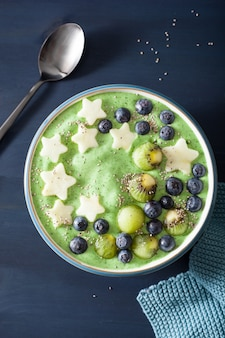 ブルーベリー、アップルスター、キウイ、チア種子の健康的なほうれん草のスムージーボウル