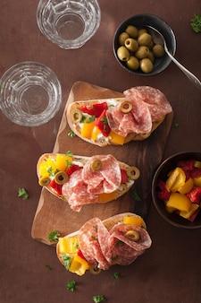 ローストピーマンの山羊チーズオリーブとサラミのブルスケッタ