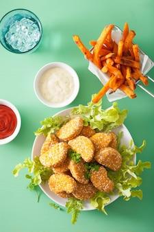 ビーガン大豆ナゲットとサツマイモのフライドポテト健康的な食事