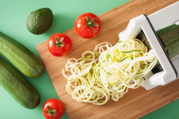 Спирализация цуккини из сырых овощей со спирализатором