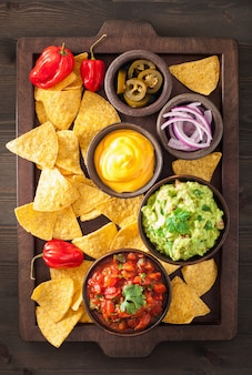 メキシコのナチョストルティーヤチップ、ワカモレサルサとチーズのディップ