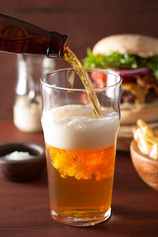 パイントグラスとファーストフードにインドのペールエールビールを注ぐ